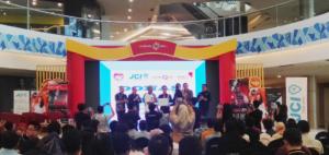 Sesi penyerahan donasi kepada Rumah Sakit Terapung Ksatria Airlangga yang bertempatkan di Lenmarck Mall, Surabaya pada Sabtu siang, (18/1). (RSTKA/Yellin)